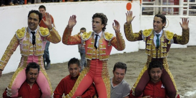 Salen a hombros Angelino, Barba y Gallo en Tetepango