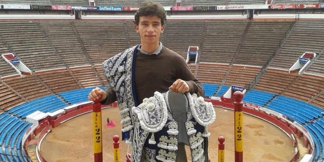 Recibe Mendoza terno nuevo como triunfador de la México