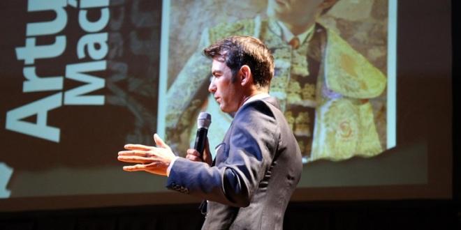 Imparte Macías conferencia a jóvenes emprendedores