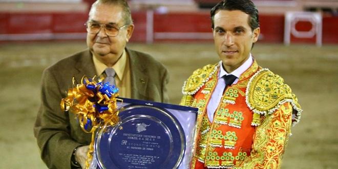 Oreja y trofeo en disputa para Fabián Barba en Irapuato