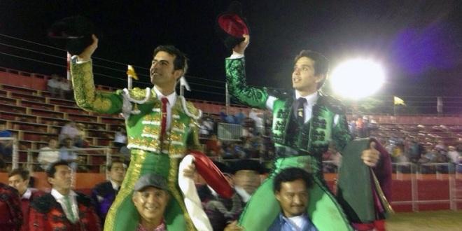 Salen a hombros Arturo Macías y 'El Chihuahua'