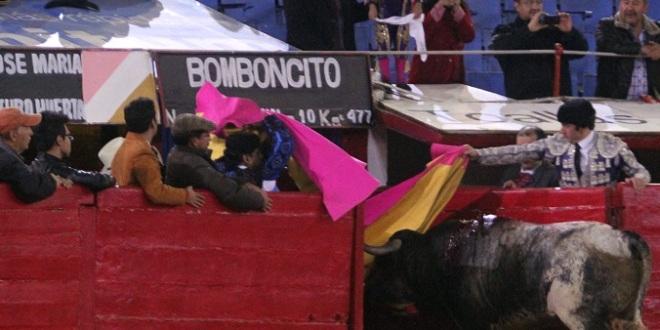 Tarde de orejas e indulto en la Plaza México