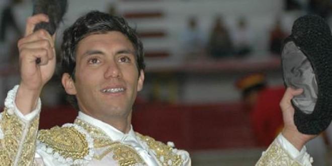Tres orejas y salida en hombros de Víctor Mora