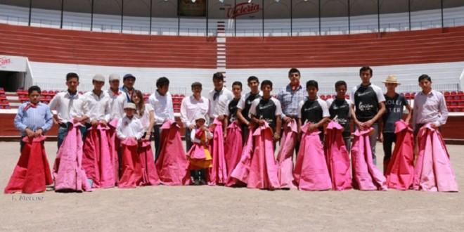 Enseña HUMBERTO FLORES sus quites a las nuevas generaciones en PACHUCA