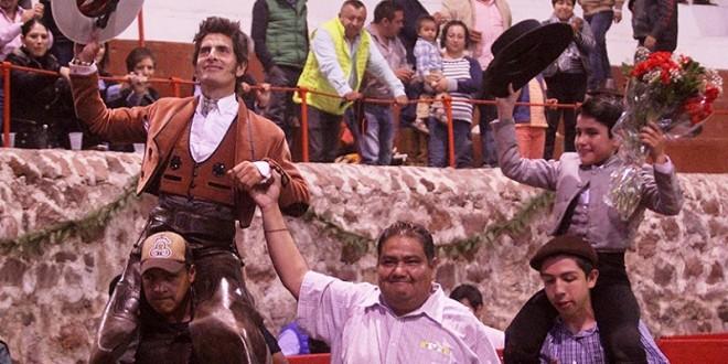 TEPEAPULCO: A hombros Gamero y 'El Maletilla'