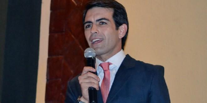 Imparte Macías conferencia a jóvenes universitarios