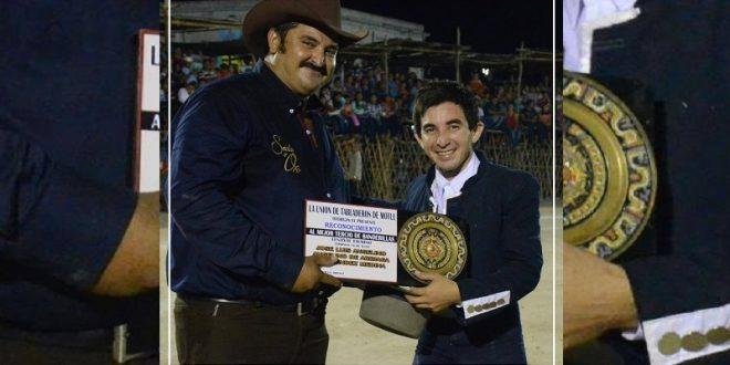 ENTREGAN a EL PAPO el trofeo al mejor tercio de BANDERILLAS en MOTUL (*Fotos*)