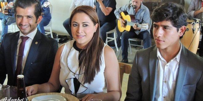 Alcaldesa y hermanos Adame conviven con  prensa especializada y aficionados taurinos
