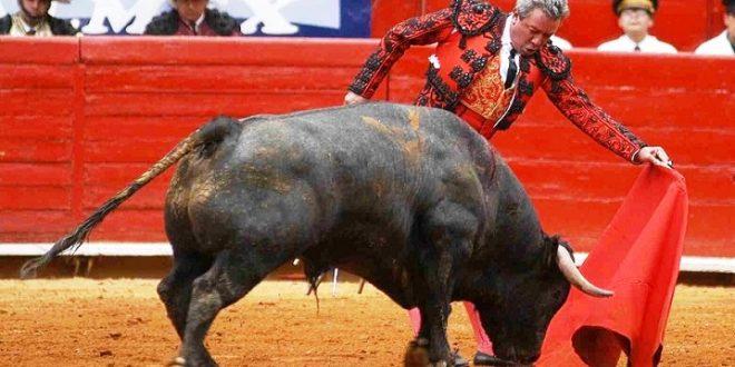 """La vida por el lado izquierdo; en recuerdo a Miguel Espinosa """"Armillita"""", por Hilda Tenorio, torera"""