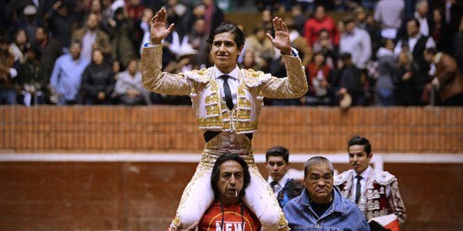 Sale a hombros LUIS DAVID ADAME en El Palacio del Arte de Morelia (*Fotos*)