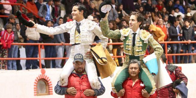 Salen a hombros José Mauricio y Angelino de Arriaga