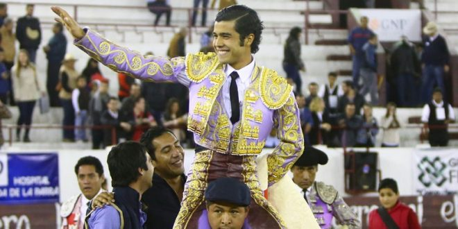 Sale a hombros Diego San Román