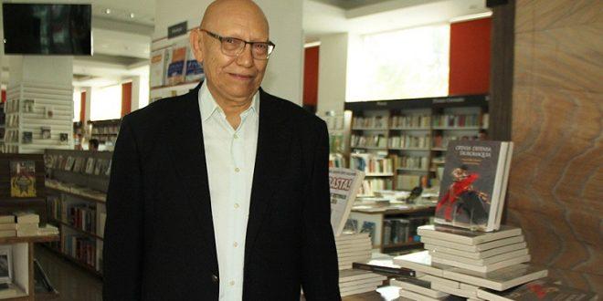 """Presenta 'Alcalino' el libro """"Ofensa y Defensa de la Tauromaquia"""""""