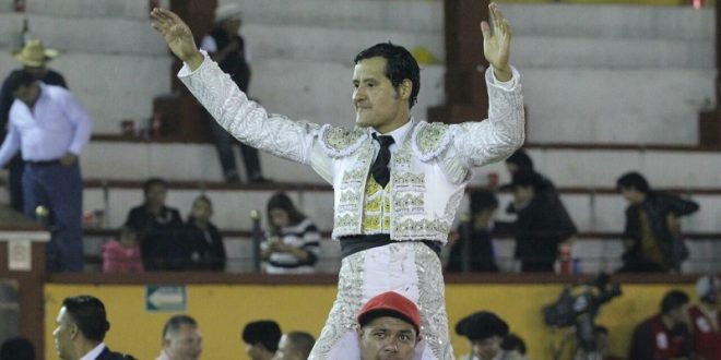 Angelino de Arriaga, profeta en casa, sale a hombros tras cortar dos orejas