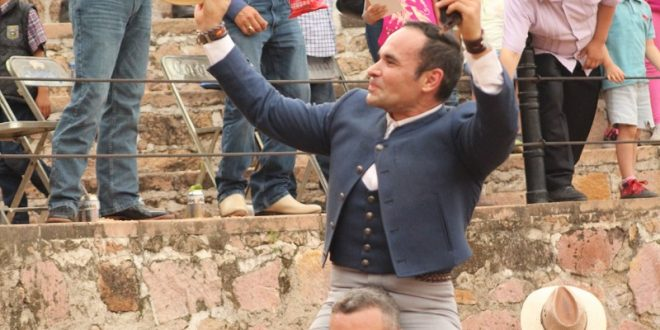 Alejandro Aceves, a hombros en festival de aficionados prácticos, en Cañadas de Obregón