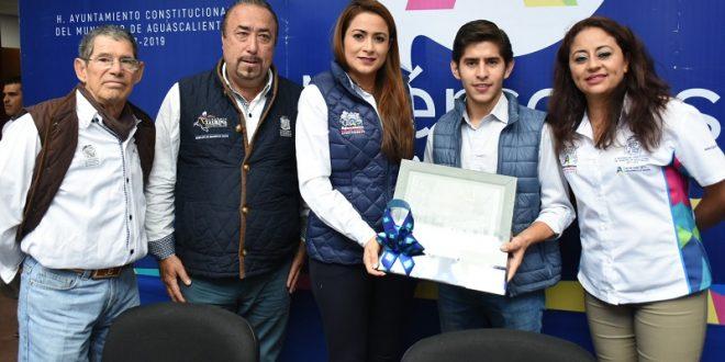 Entrega alcaldesa TERE JIMÉNEZ reconocimiento al triunfador del festival taurino por el 443 aniversario de Agüitas (*Fotos*)