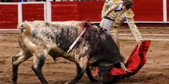 """AGUASCALIENTES: """"El Payo"""" cortó las orejas y salió en hombros (*Fotos*)"""