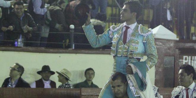 Gerardo Rivera, a hombros en Tlaxcala, en la despedida de Padilla
