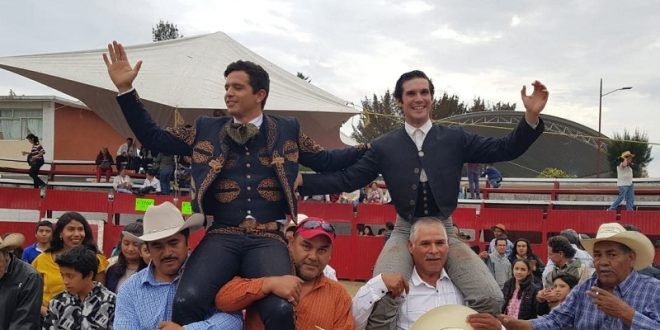 A hombros 'El Chihuahua' y Durán, en Tultengo, Hidalgo