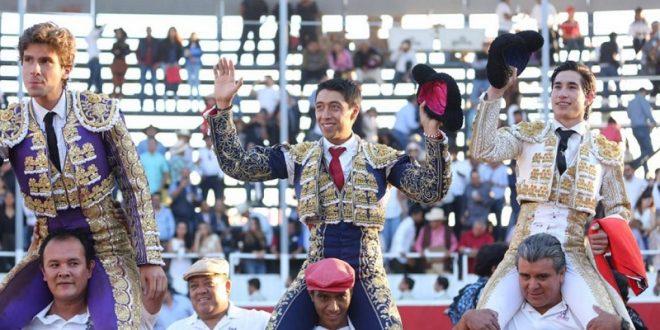 Triunfal festejo en San Juan del Río; a hombros, Gallo, Flores y Espinosa