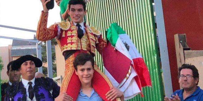 Isaac Fonseca, a hombros en Collado Villalba, provincia de Madrid