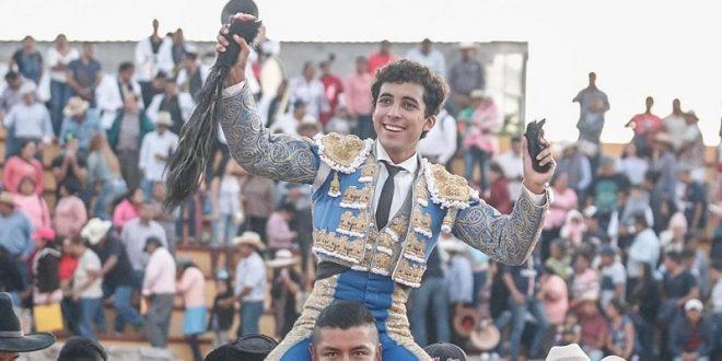Leo Valadez apuesta y gana en Doxey, donde corta tres orejas y rabo