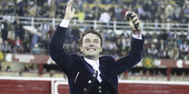Andy Cartagena, triunfador en la tradicional Corrida de Día de Muertos, en Morelia