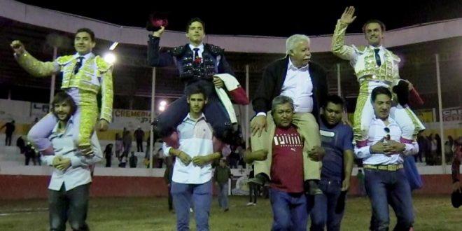 Rodrigo Ochoa sale a hombros en su alternativa