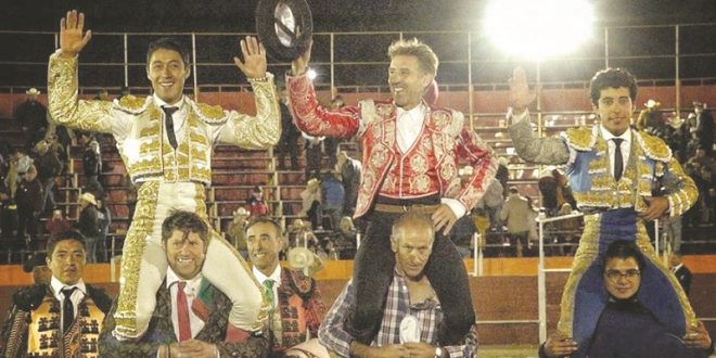 A hombros, Hermoso de Mendoza, Flores y Valadez, en Sombrerete
