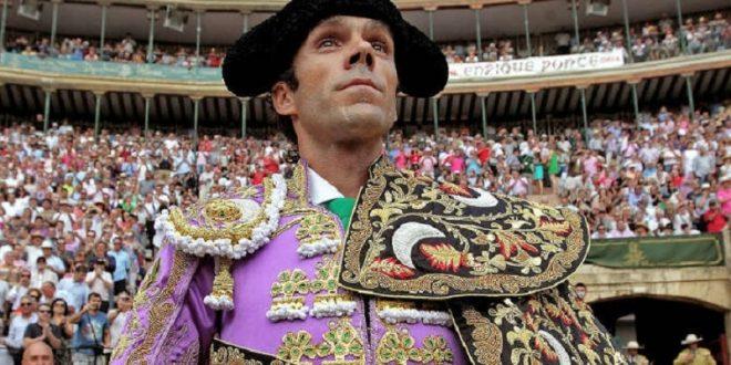 Pagan 620 mil 472 pesos por terno de José Tomás