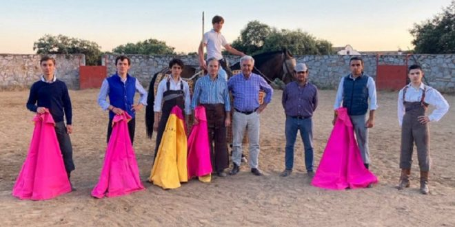 Calman sus ansias de novillero en el campo bravo español