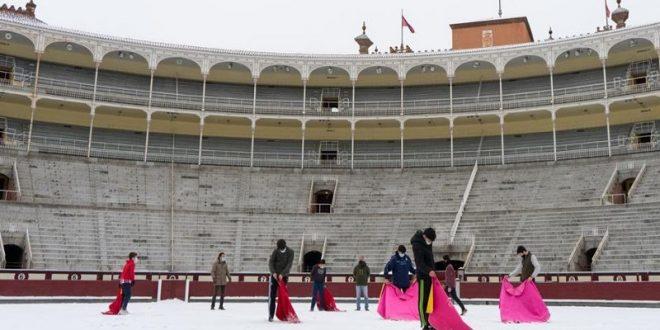 Entrenan bajo la nieve, los alumnos de la Escuela Taurina de Madrid
