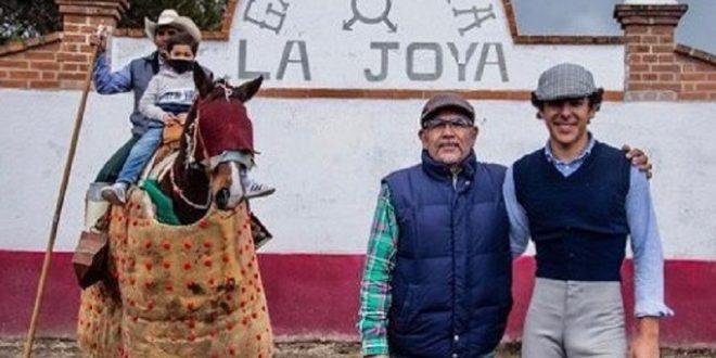 Héctor Gabriel tentó tres novillos en La Joya