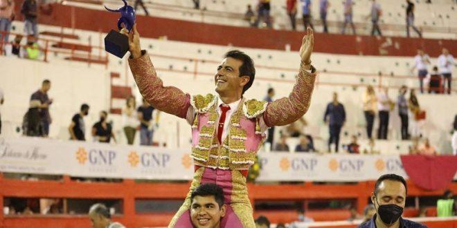 Macías, a hombros en Monterrey y gana el trofeo en disputa