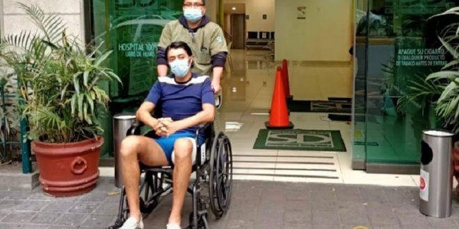 Sale Sergio Flores del hospital
