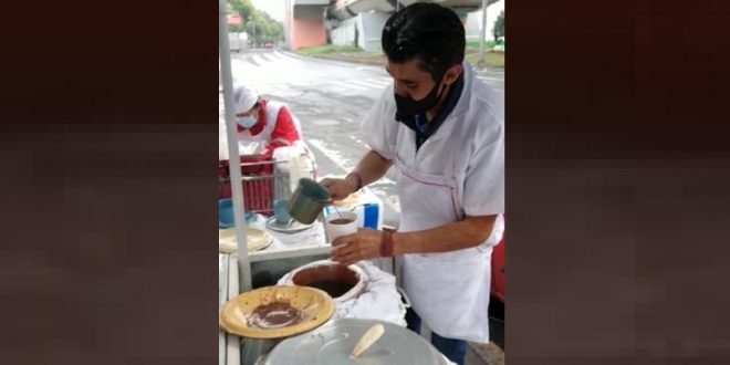 'No los defraudaré', afirma Silis, quien vende tamales al tiempo que se prepara